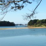 Le sentier qui relie l'île au continent est découvert à marée basse