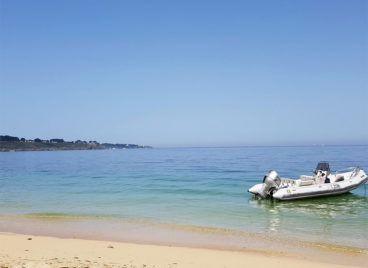 Notre zodiac sur une plage de Belle-île