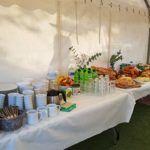 Buffet petit déjeuner dans le barnum