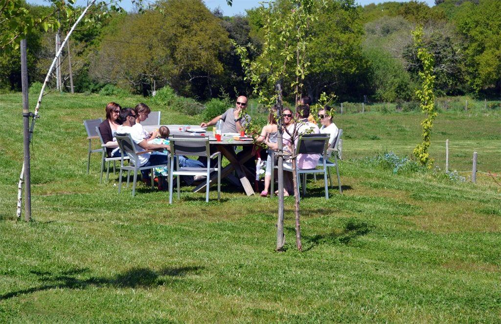 Repas de groupe dans le parc aux hauts de Toulvern