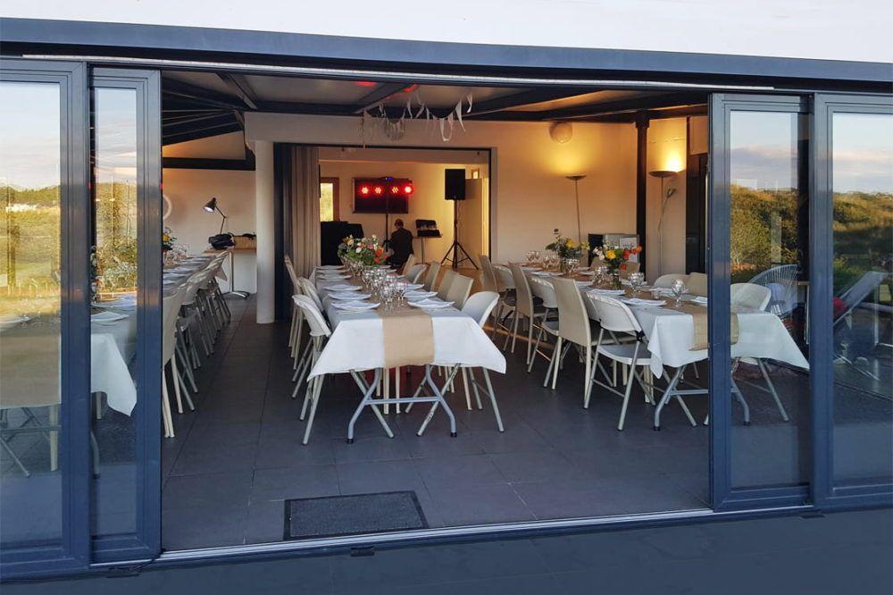 seminaire-golfe-du-morbihan-vue-salle-de-reception-terrasse-1000px-min
