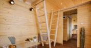 Séjour du Tiny House 4/6 personnes accès aux deux mezzanines