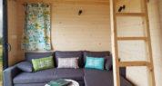 Tiny House 4/6P : le salon et l'accès à la mezzanine