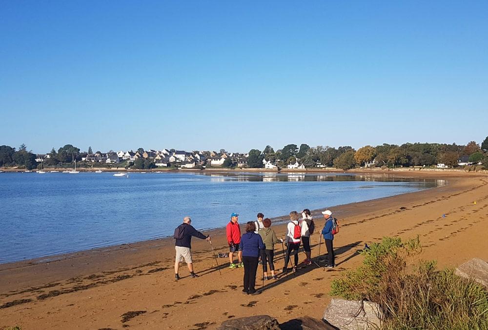 Balade en groupe sur la plage