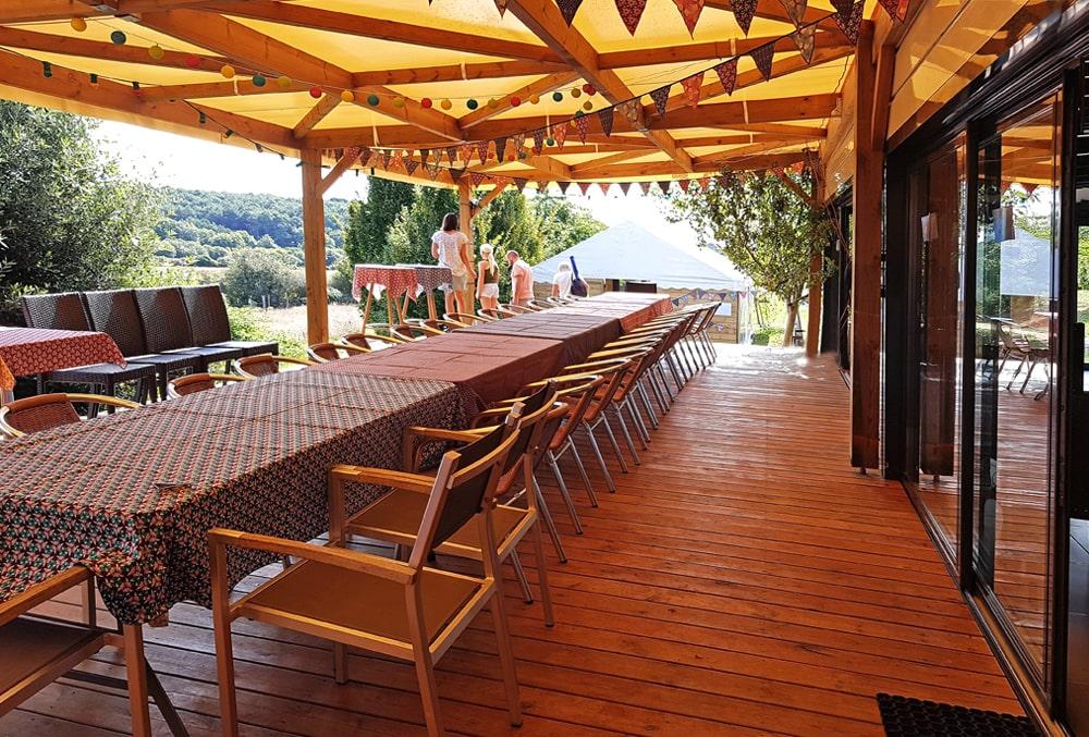 Terrasse couverte devant la salle de réception