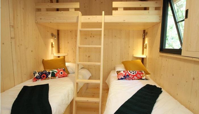 Chambre avec 2 lits simples et 1 lit superposé